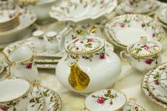 Antiker Teesatz mit Blumendruck stockbild