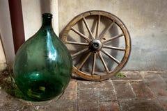 Antiker toskanischer Vase und Rad Stockbilder