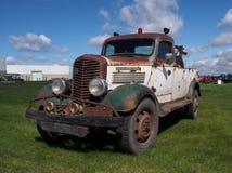 Antiker Tow Truck Parked In ein grasartiges Feld Lizenzfreies Stockfoto