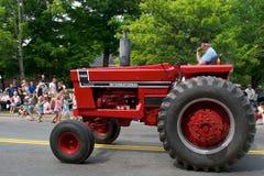 Antiker Traktor in der Parade lizenzfreie stockfotos