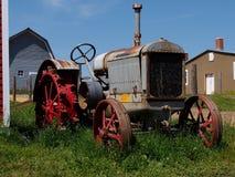 Antiker Traktor McCormack Deering mit Ansätzen Lizenzfreie Stockfotografie