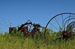 Antiker Traktor und Dump-Rührstange lizenzfreies stockbild