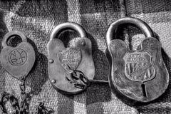 Antiker Verschluss und Schlüssel vom alten Westen lizenzfreie stockfotos