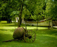 Antiker Wagen im Garten Stockbilder