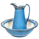 Antiker Waschbecken-und Wasser-Krug lokalisiert Lizenzfreies Stockfoto