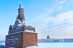 antikes ägyptisches sphynx auf Kai des Neva-Flusses in St Petersburg, Russland Lizenzfreie Stockfotos