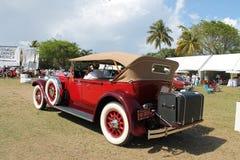 Antikes amerikanisches Luxusauto gefahren Stockbild