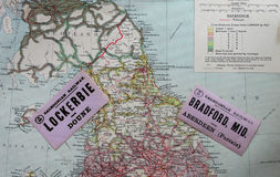 Antikes Bahngepäck labesl, kaledonische Eisenbahn, über alter Karte Stockfotografie