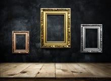Antikes Bilderrahmenkupfer, Silber, Gold auf dunkler Schmutzwand w Stockbilder