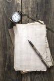 Antikes Buch und alte Taschenuhr Stockfotografie