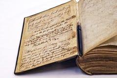 Antikes Buch und Füllfederhalter Stockfotos