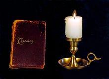 Antikes Buch und Kerze Lizenzfreie Stockfotografie