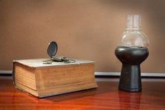 Antikes Buch und Uhr mit Lampe Lizenzfreie Stockfotos