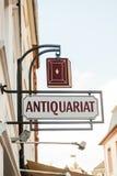 Antikes Buchhandlungszeichen - antiquariat Stockfotos