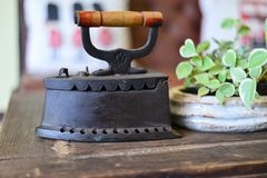 Antikes Eisen auf Holzfußboden Lizenzfreie Stockfotografie