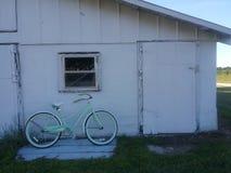 Antikes Fahrrad durch alte Scheune Lizenzfreies Stockfoto