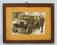 Antikes Foto der Vorlage 1937 eines Mannes, der das Auto bereitsteht Stockfotos