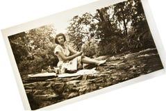 Antikes Foto/Frau am Nebenfluss lizenzfreies stockbild