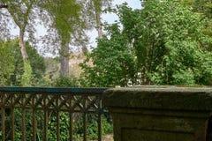 antikes Geländer in der Natur stockfoto
