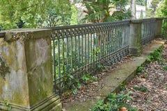 antikes Geländer in der Natur Stockbild