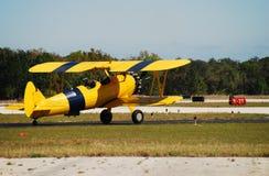Antikes gelbes Flugzeug Stockfotografie