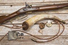 Antikes Gewehrpulverhorn bedeckt Ballpackhintergrund mit einer Kappe Stockfotos