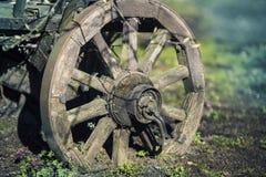 Antikes hölzernes Lastwagen-Rad Stockfoto