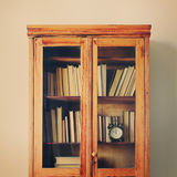 Antikes Holzetui legt volle alte Buch-Wand beiseite Stockfotografie