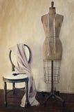 Antikes Kleidformular und -stuhl mit Weinlesegefühl Stockfoto