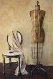 Antikes Kleidformular und -stuhl mit Weinlesegefühl Stockbild