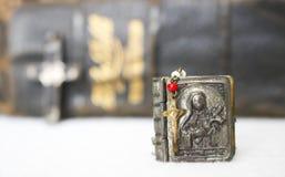 Antikes kleines Rosenbeet-Kruzifix mit Fall-und Antiken-Bibel-herein Rückseite stockfotografie