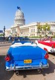 Antikes konvertierbares Ford nahe dem Kapitol in Havana lizenzfreie stockfotos