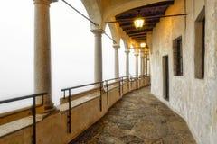 Antikes Portal mit warmen hellen Straßenlaternen lizenzfreie stockfotos
