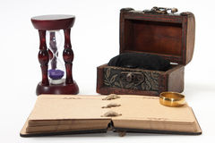 Antikes Retro- Tagebuch springen mit Seil und Sanduhr mit goldenem ri Stockbilder