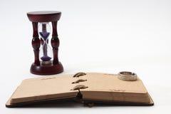 Antikes Retro- Tagebuch springen mit Seil und Sanduhr mit goldenem ri Lizenzfreie Stockfotografie