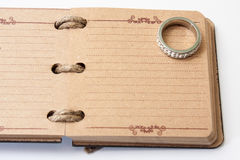 Antikes Retro- Tagebuch springen mit Seil und und Verlobungsring Lizenzfreies Stockbild