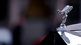 Antikes Rolls- Royceemblem auf Auto Stockbild