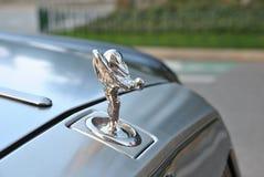 Antikes Rolls- Royceemblem auf Auto Stockfotos