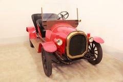 Antikes rotes Auto im Museum von Mosfilm Lizenzfreie Stockfotos