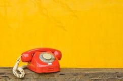 Antikes rotes Telefon Stockbilder