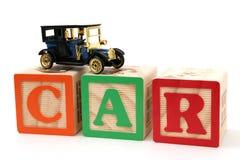 Antikes schwarzes Auto auf ABC-Blöcken Lizenzfreies Stockbild