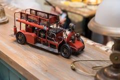 Antikes Spielzeug-Löschfahrzeug Innendetail in einem Café lizenzfreies stockbild