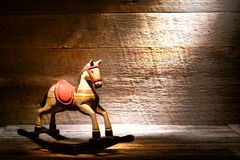 Antikes Spielzeug-Schaukelpferd im staubigen alten Haus-Dachboden Stockbild