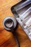 Antikes Stethoskop mit alter Spritze im Kasten Stockfotos