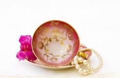 Antikes Teecup getrennt mit Ausschnittspfad Stockfotografie
