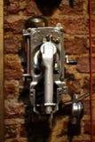 Antikes Telefon, benutztes Weinlese-Telefon ab 1950 s, glänzendes Chrome-Material stockbilder