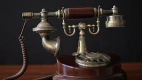 Antikes Weinlesetelefon auf Tabelle in der Halle stock video footage
