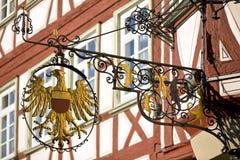 Antikes Zeichen mit dem goldenen abgeschirmten Adler Lizenzfreie Stockfotos