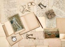 Antikes Zubehör, alte Buchstaben, Tagebuchbuch und Fotos von Flo Lizenzfreies Stockfoto