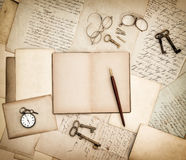 Antikes Zubehör, alte Buchstaben, Taschenuhr und Schlüssel weinlese Stockfoto